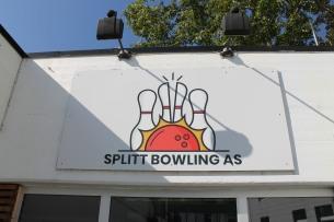 Bowlingen i Måløy i ny drakt. Her har vi både levert foliert skilt og vindusfolie med logo.