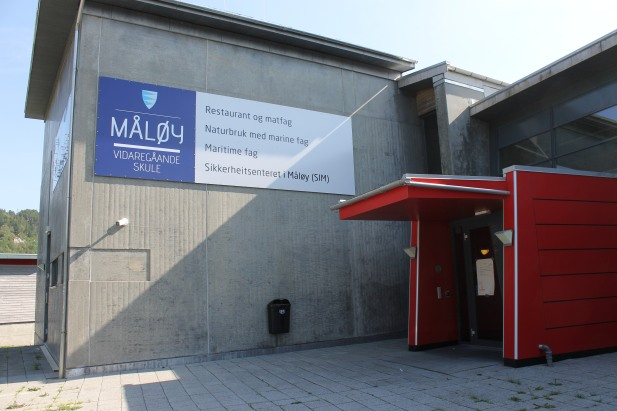 Foliert skilt til Måløy vidaregåande skule. Skiltet er 6 x 2 meter